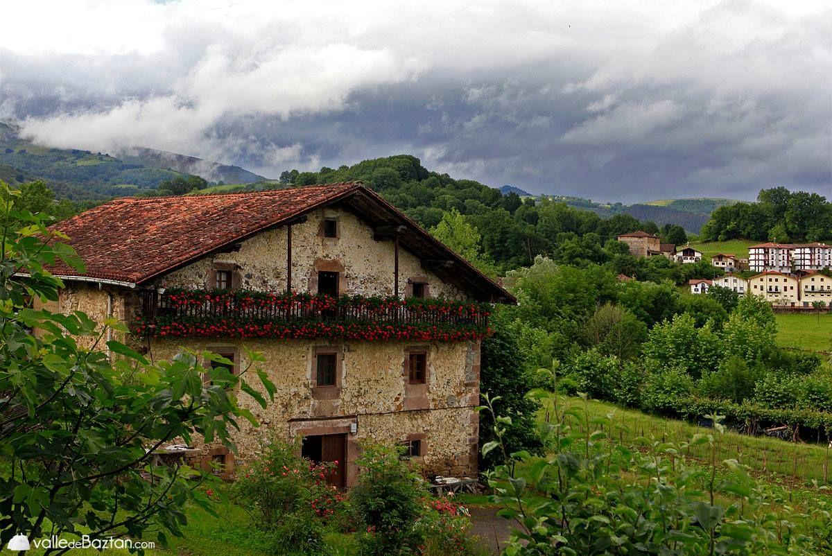 Espectaculares las casa del valle de bazt n en primavera que preciosidad navarra sitios - Casas espectaculares en espana ...