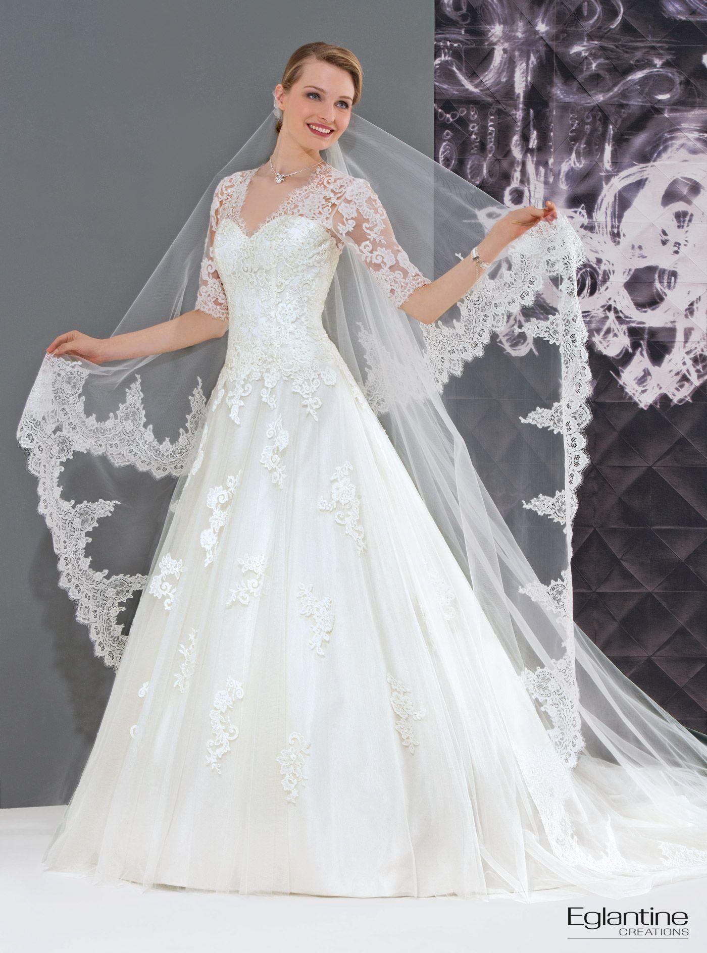 Dieses Brautkleid mit Spitzenärmeln wird Sie mit seinem mit Spitzen bedeckten Dekolleté in Herzform verführen. Diese Spitze bedeckt Ihre Schultern und Ihren Rückenausschnitt. Verschluss mit bedeckten Knöpfen.