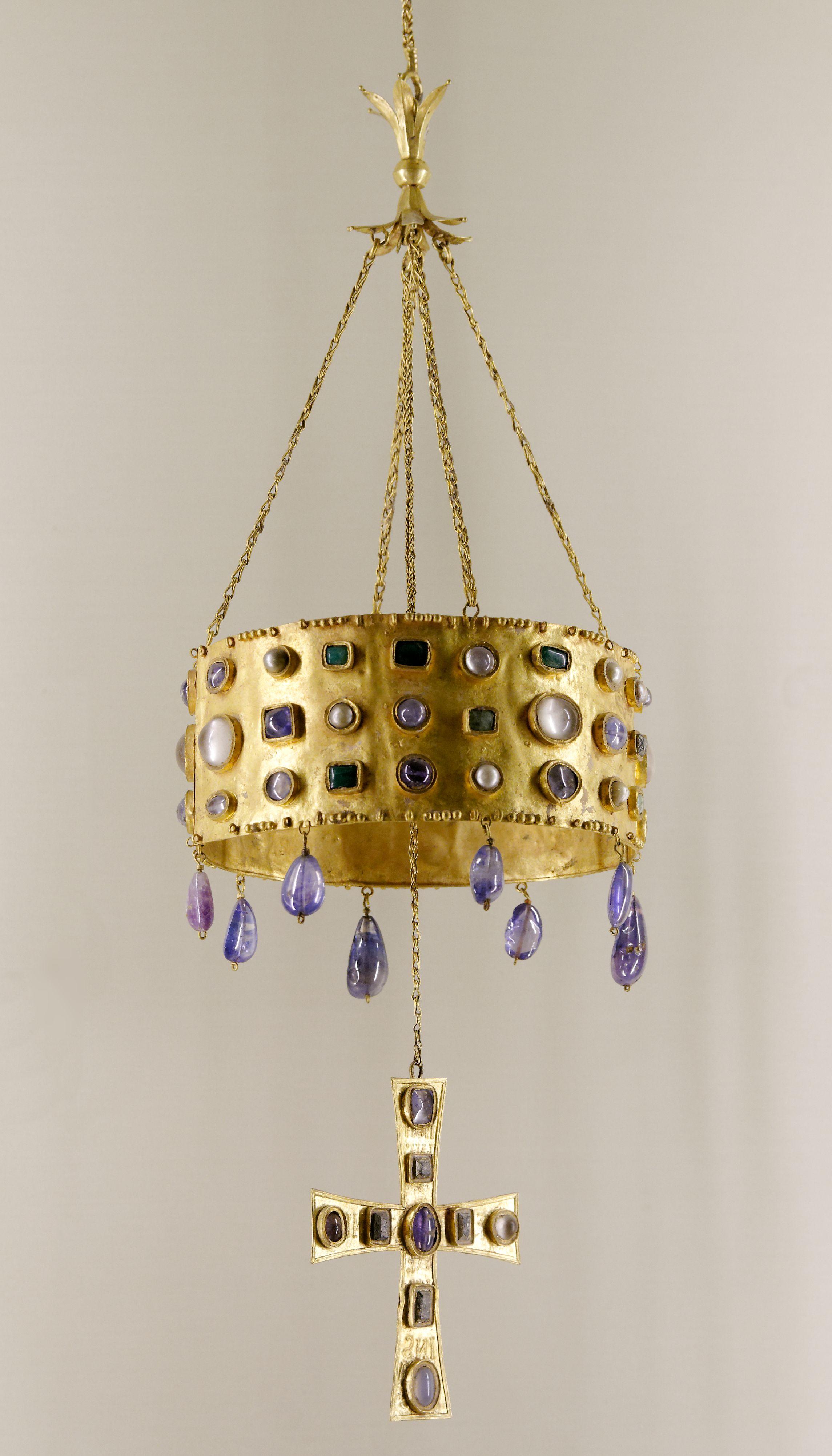 Corona votiva del tesoro de Guarrazar, s. VII, visigoda. Parece posible que todas las piezas, con la excepción de una de las cruces que es de tipo procesional, fueran realizadas en los talleres de orfebrería toledanos vinculados a la corte del monarca en torno al siglo VII d.C.