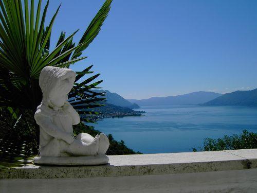 Aussicht von der Terrasse der Ferienwohnung Bonga im italienischen Luino am  Lago Maggiore ...