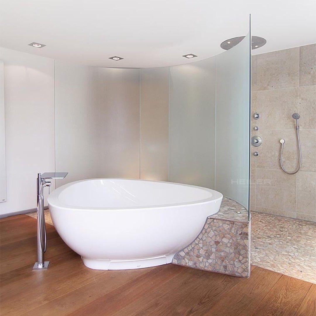 Baddesign Massgeschneidert Sichtschutz Aus Gebogenen Rundscheiben Mit Keramischem Siebdruck In 2020 Bathroom Bathtub