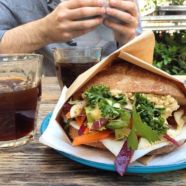 Pane integrale, hummus, verdure, formaggio e un caffè per continuare a pedalare #foodtrotter  #copenaghen #merendadelcampione