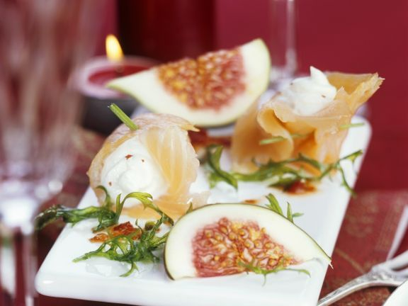 Lachsröllchen mit Feigen ist ein Rezept mit frischen Zutaten aus der Kategorie Meerwasserfisch. Probieren Sie dieses und weitere Rezepte von EAT SMARTER!