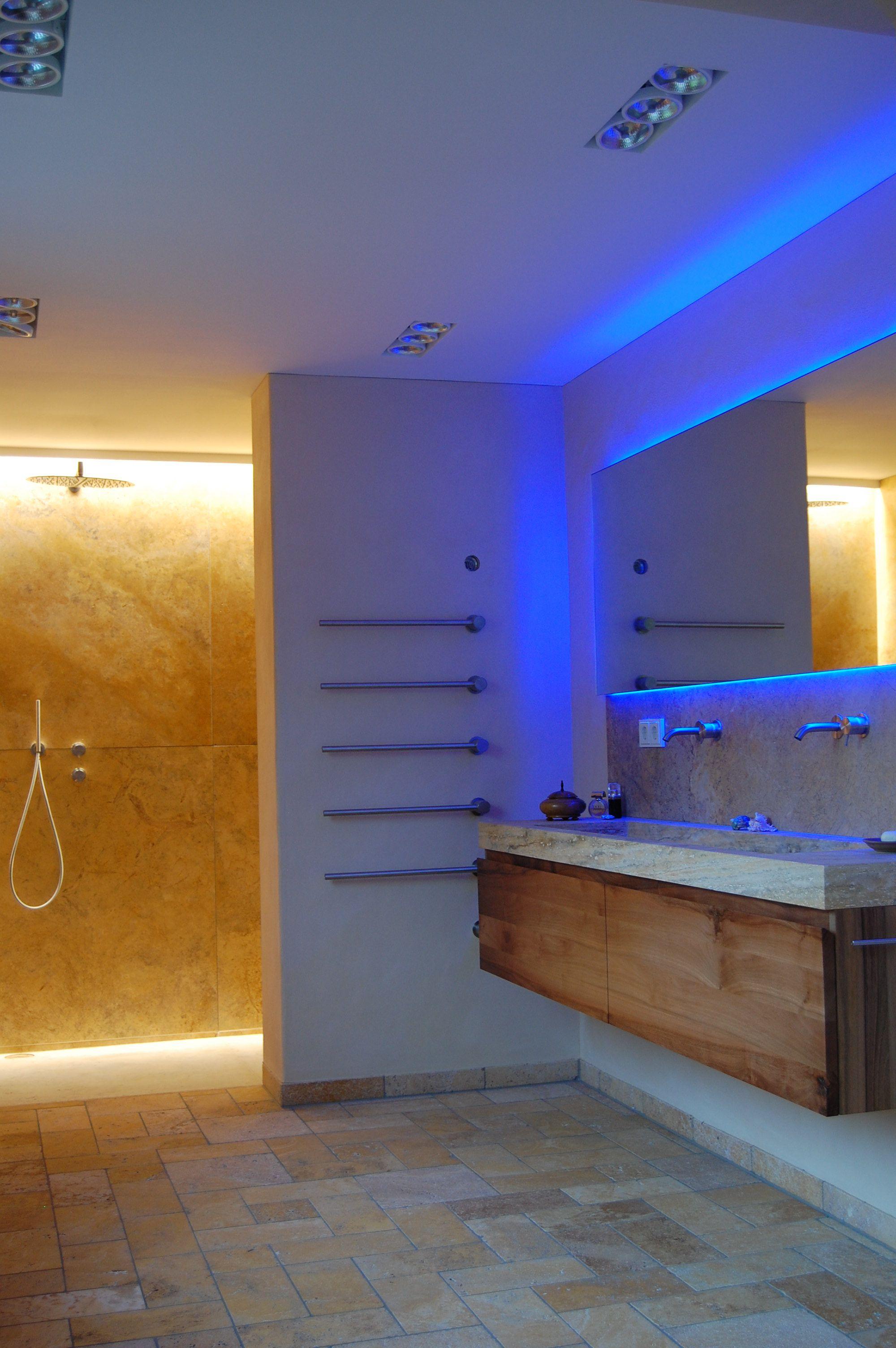 Bad in Travertin, Boden mit bodengleicher Dusche hinter der ...