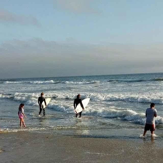 Surfisti sulle spiagge della California affrontano le onde come se non ci fosse un domani Primo contatto con le spiagge californiane per il vostro inviato speciale dagli USA. Ogni giorno un racconto diverso sugli usi e costumi di questo popolo affascinante che vive in un paradiso te #usa #california #sandiego #losangeles