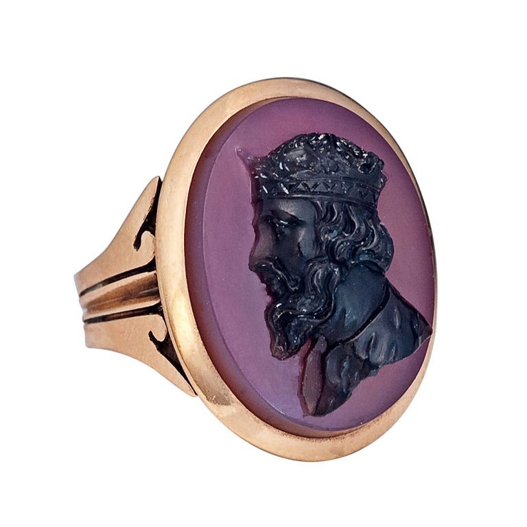 Agate cameo and gold ring.