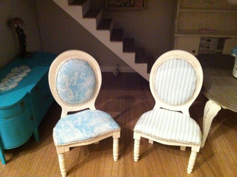 Cambio de look para estas sillas con una nueva tapicería, elaboradas en el taller UNO:DOCE