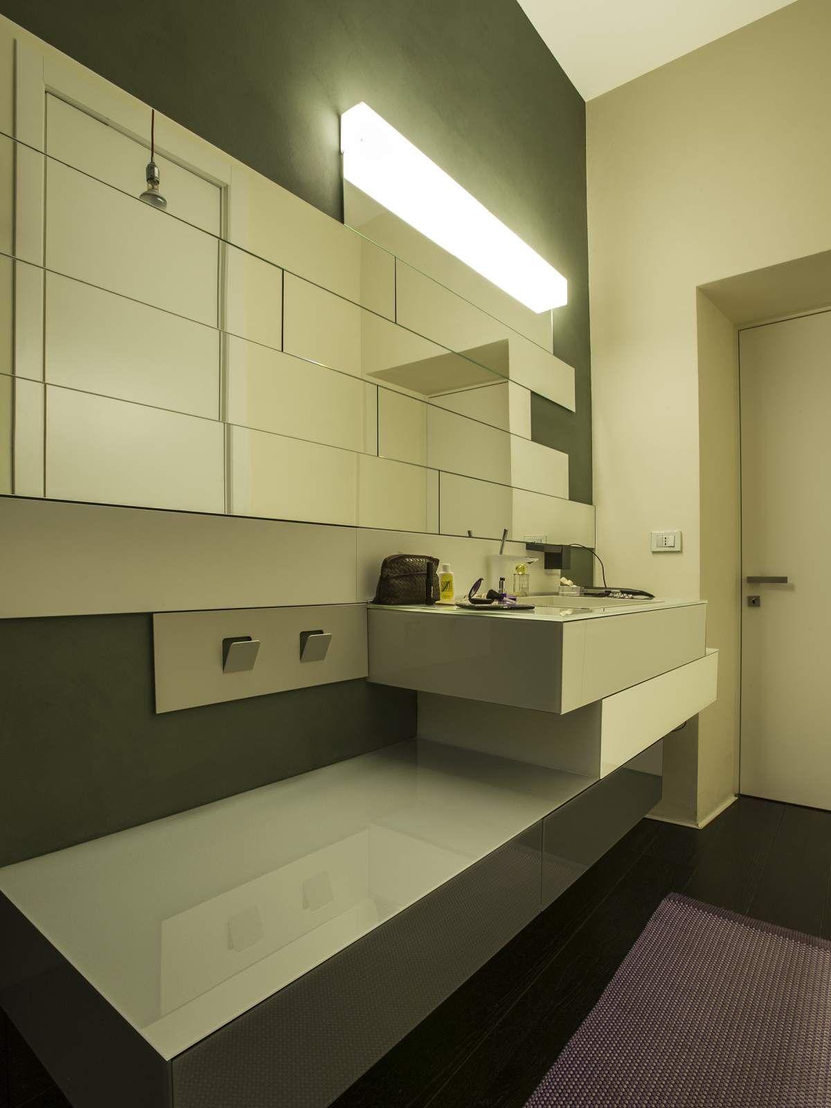 Steel è un lavabo in lamiera, verniciata nei colori LAGO, che può essere incassato, in appoggio o freestanding. on Appartamento LAGO  http://appartamentolago.com/milano-brera/dsc8035.jpg