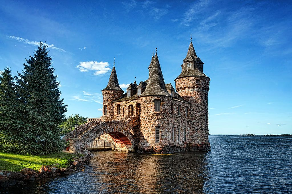Castle on the water castles or castle like houses for Houses that look like castles