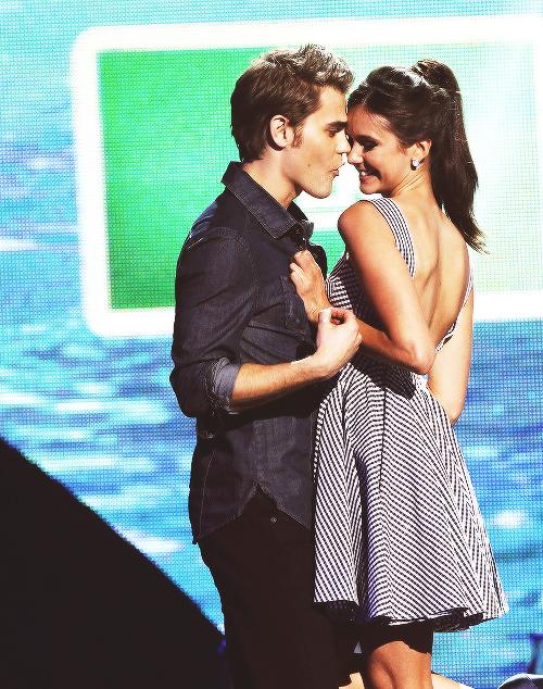 Wie is Elena uit Vampire Diaries dating