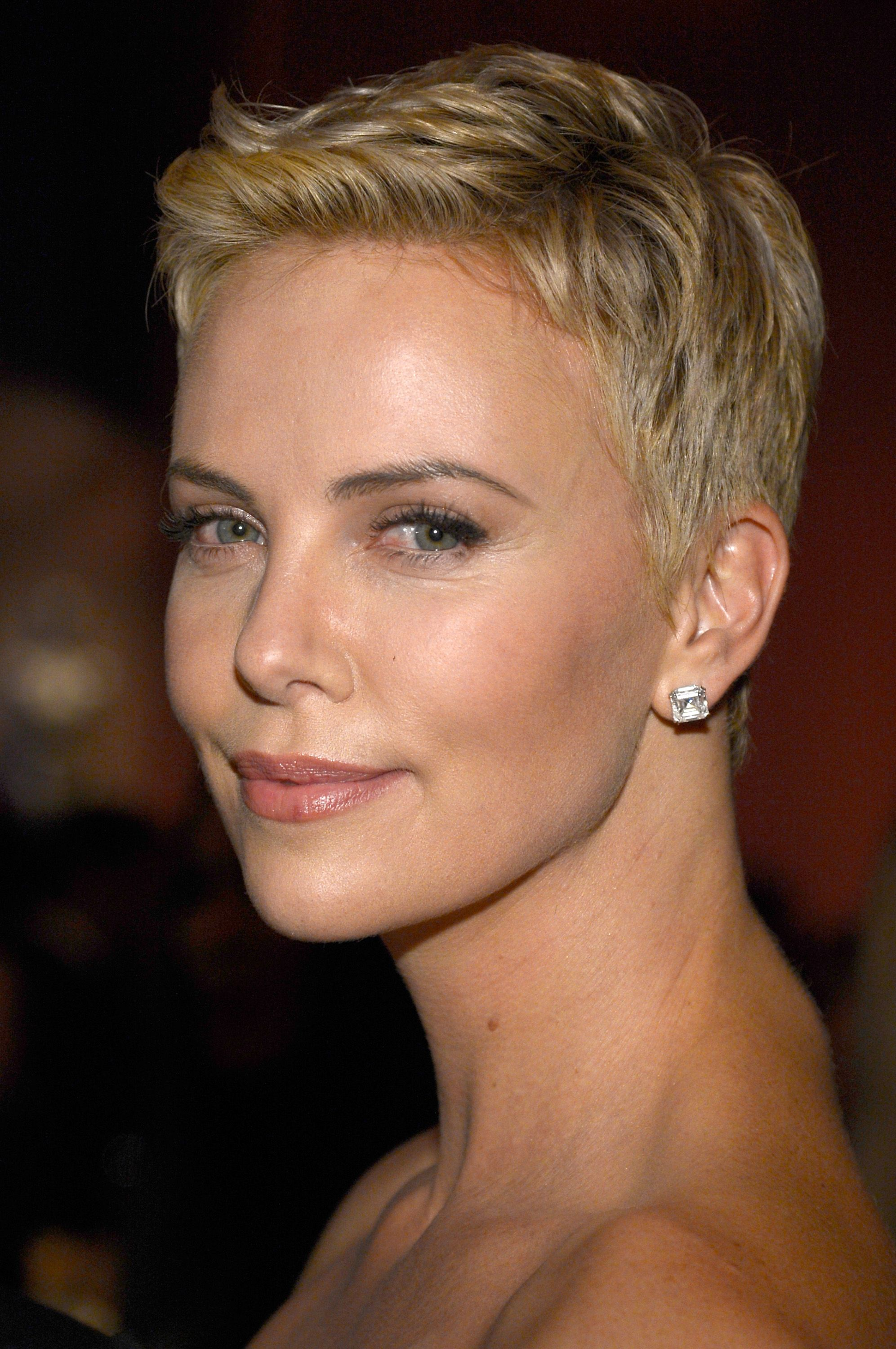 charlize theron charlize theron cheveux courts coupe. Black Bedroom Furniture Sets. Home Design Ideas