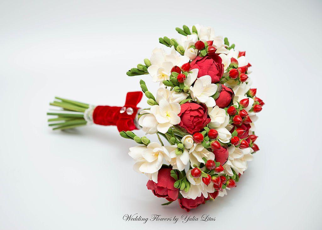 Бело красный свадебный букет