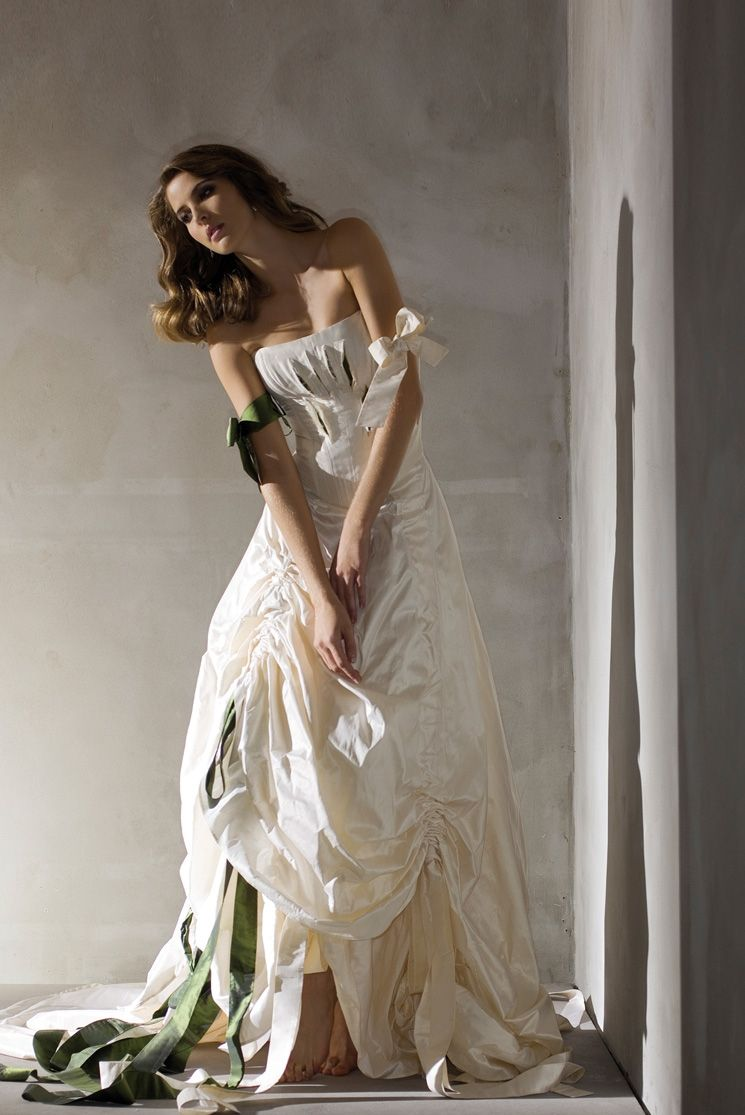 Umwerfende Brautmode finden Sie bei Honeymoon in Düsseldorf. Von klassisch-elegant bis romantisch-verspielt führen wir Traumkleider für jeden Geschmack.