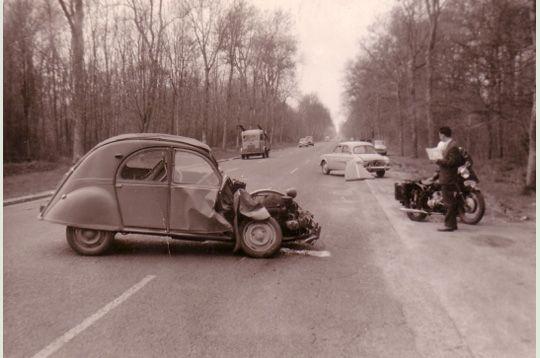 merci la providence chapp deux accidents aujourd 39 hui une perte de capot de la voiture. Black Bedroom Furniture Sets. Home Design Ideas