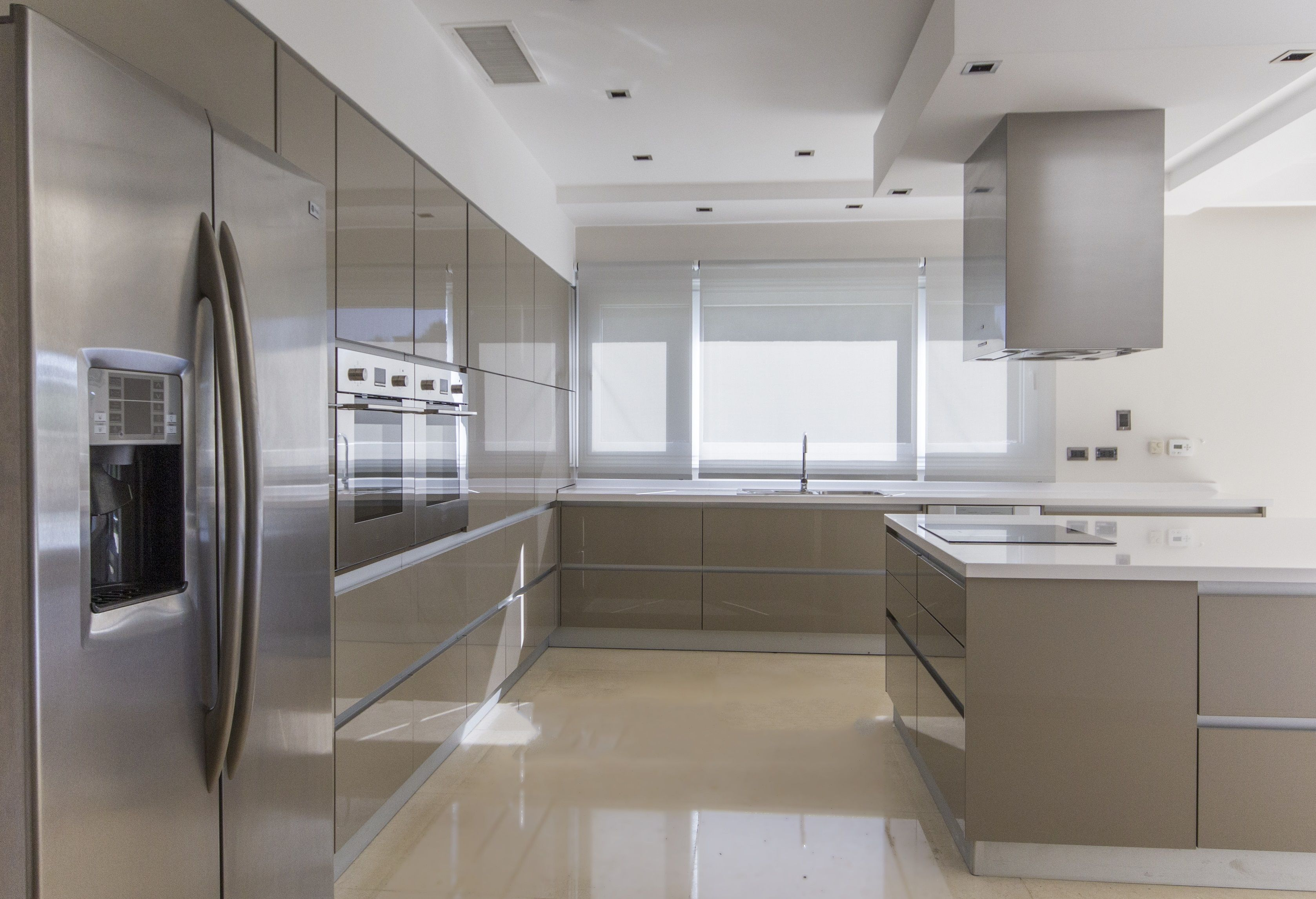 Want High Gloss Doors With High Quality Get Rauvisio Brilliant Cabinet Doors With Superior Colorfastness Seen Here In Cubanite Modern Kitchen Cozinha