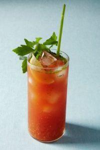 """Livèche: la tige pour paille donne un goût de céleri au breuvage; jus de légumes, """"bloody caesar"""""""