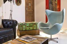 Sillones de un cuerpo para tu casa  En contraste: se ve el sofá Chester que se combinó con este sillón Egg en celeste, una apuesta ecléctica y efectiva.         Foto:Archivo LIVING