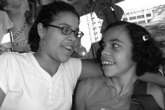 Dos jóvenes en pose de amigas