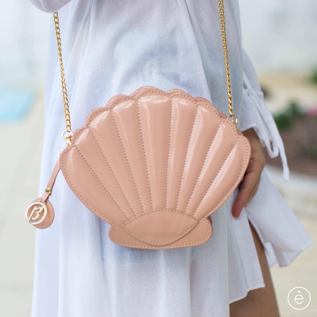 #mulpix TREND ALERTA | Bolsa concha, com certeza, se você gosta de moda, já ouviu, observou e sabe que é uma grande tendência. Quase febre! Tem que ter!  Enviamos para todo Brasil: vendas@encantodospes.com.br.  #encantodospes  #verao2017  #bag  #bolsa  #concha  #moda  #trend  #fashion  #fashionista  #new  #temqueter