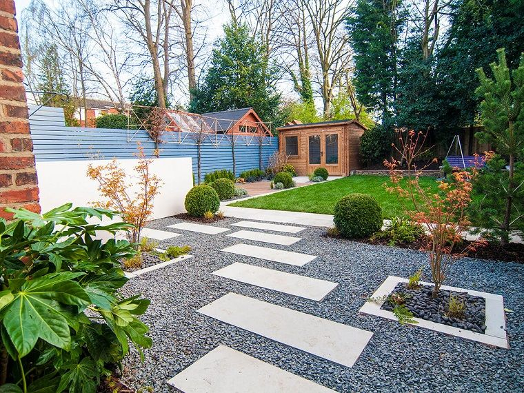 Idee per abbellire il giardino pavimentazione con ghiaia e lastre di cemento casetta di legno - Idee per il giardino ...