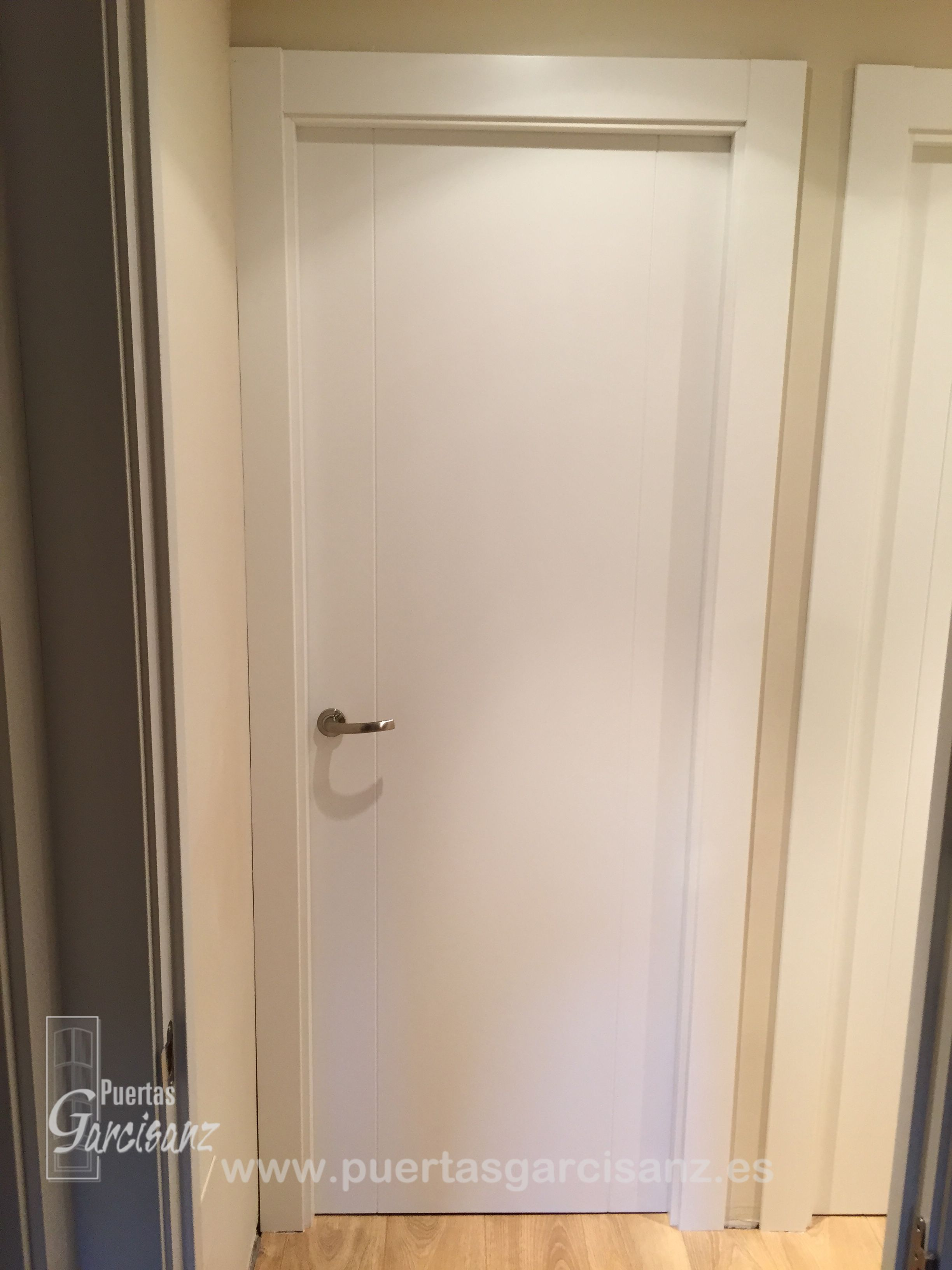 Puerta de paso ciega lacada en blanco mod 3 p con dos for Pintar puertas en blanco paso a paso