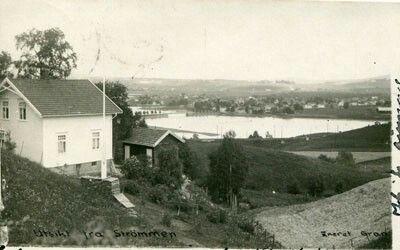STRØMMEN. Utsikt fra S. Ned mot vannet. Brukt fotokort.Årstall:1930Kvalitet:1-2Produsent/foto:Gran.