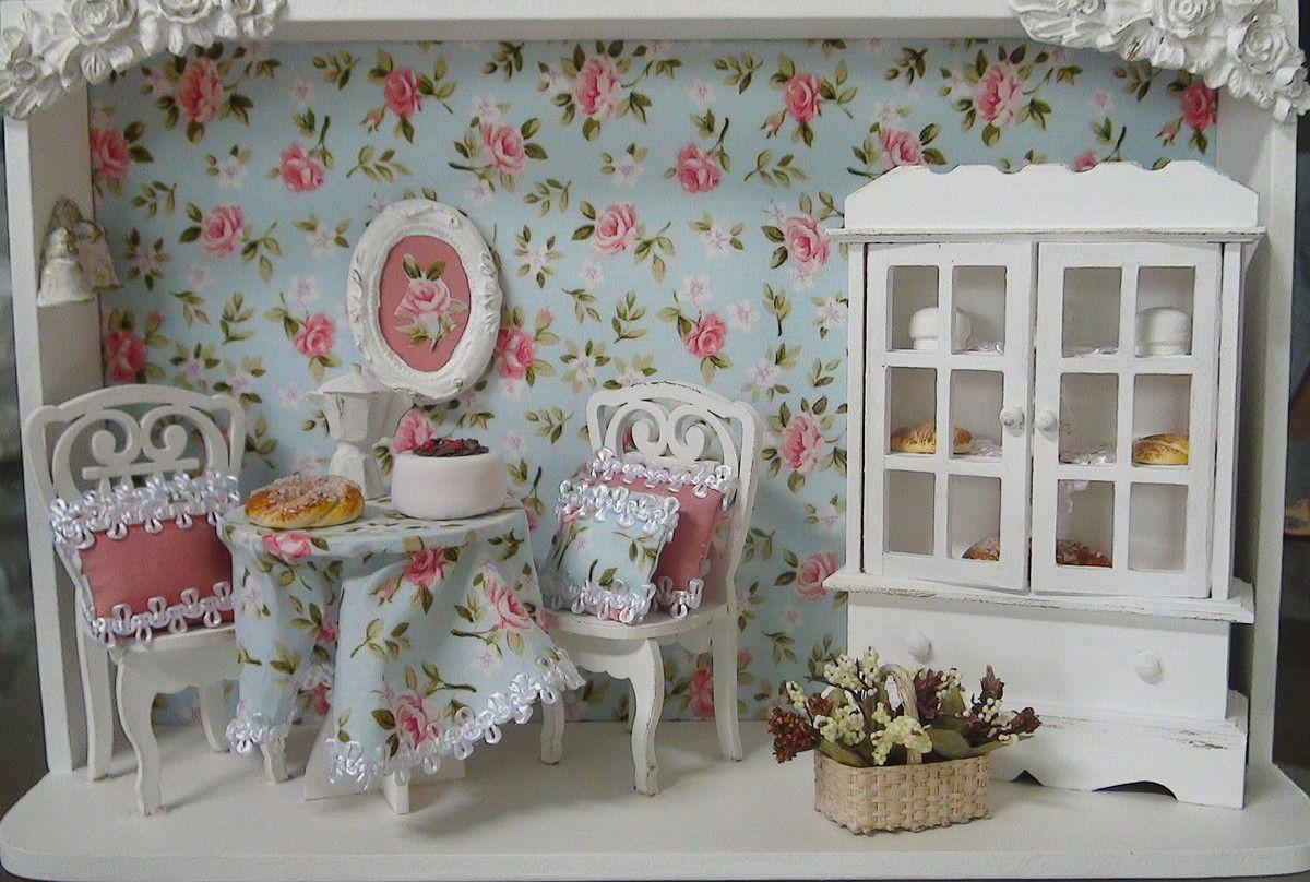 Cenário em MDF pintado à mão. Mesa e cadeiras em MDF. Arca Em MDF. Peças pintadas com tinta PVA acrílica. Ao fundo peça revestida com tecido 100% algodão. Peças em gesso e biscuit. Peça envernizada.
