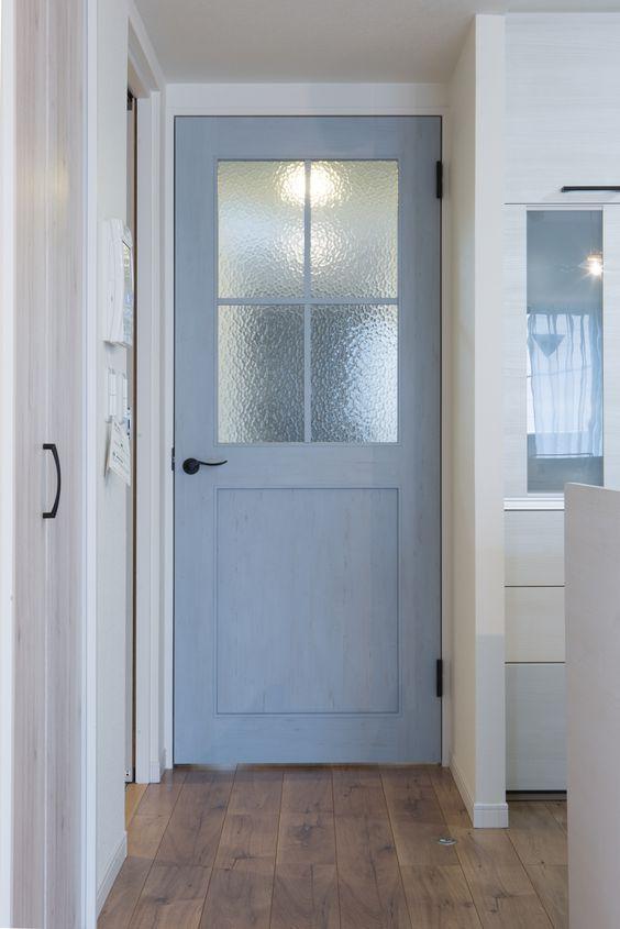 リビングのドアには 奥様お気に入りのきれいな空色のヴィンテージ風扉