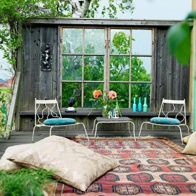Glem regnskogtre og plastmøbler. Med rustikke bruktfunn og gjenbruksmaterialer blir hageidyllen tidløs.