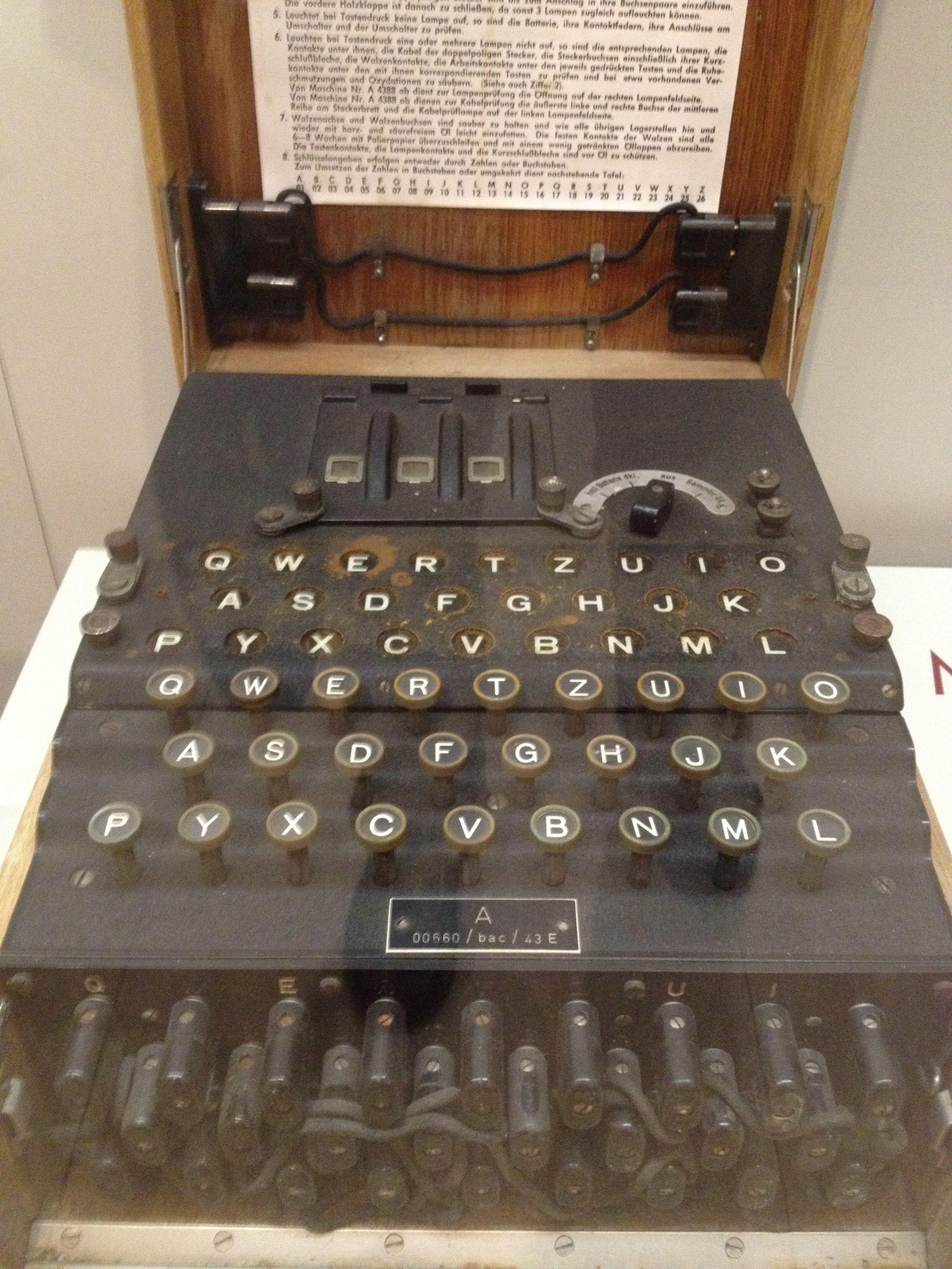 Cette machine, encastrée dans une boîte en bois transportable, pouvait envoyer des messages de différents lieux via une connexion électrique. Elle a notamment été transportée dans les U-Boot dans une version légèrement différente. Dès le début de la Guerre, une vaste entreprise alliée a lieu pour déchiffrer les codes. Installés en Angleterre, 12000 scientifiques y ont travaillé, dont Alan Turing, qui conçu le premier calculateur universel programmable, connu sous le nom de machine de Turing.
