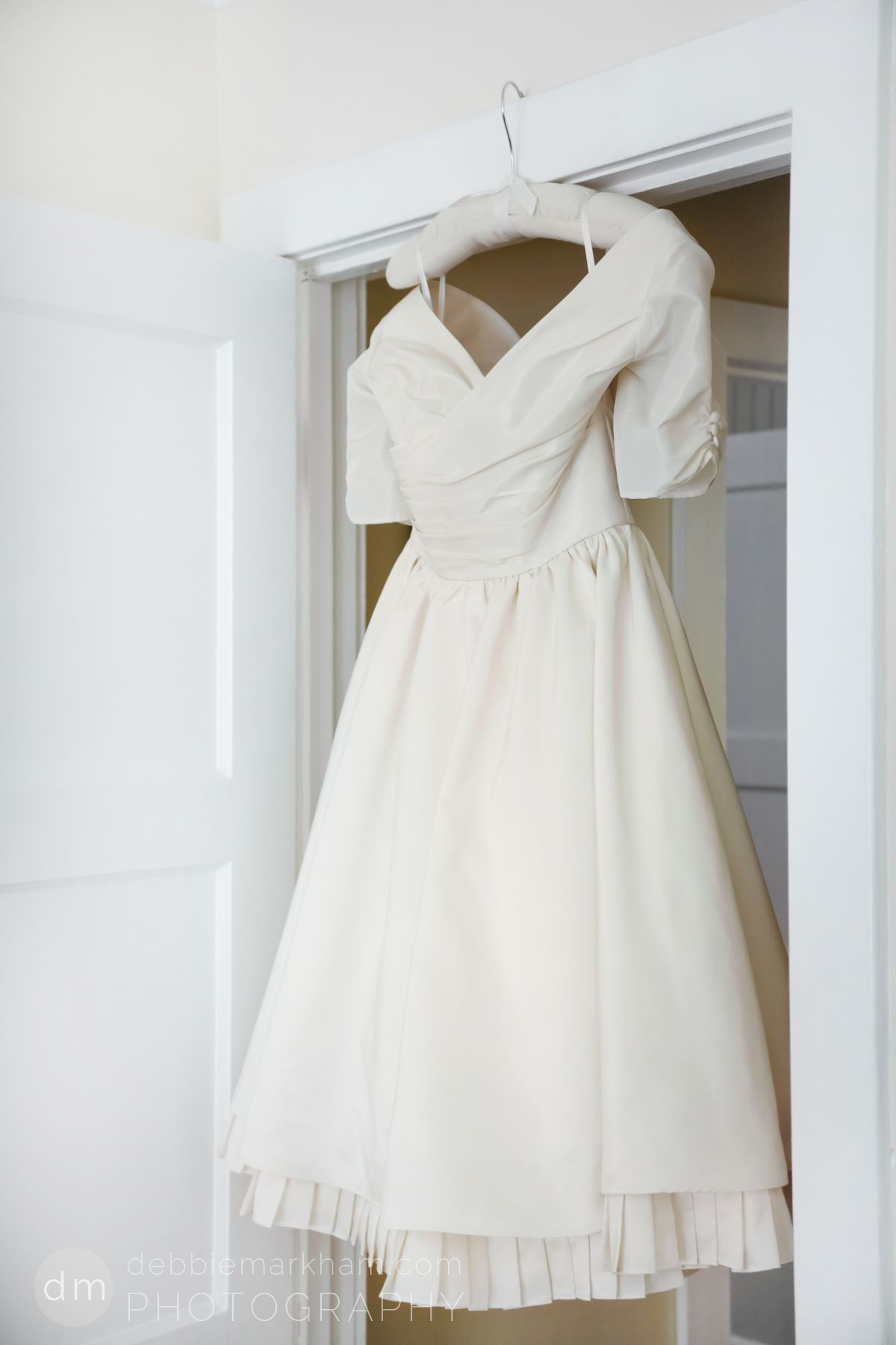 Short offwhite wedding dress went so well with the brideus tiffany
