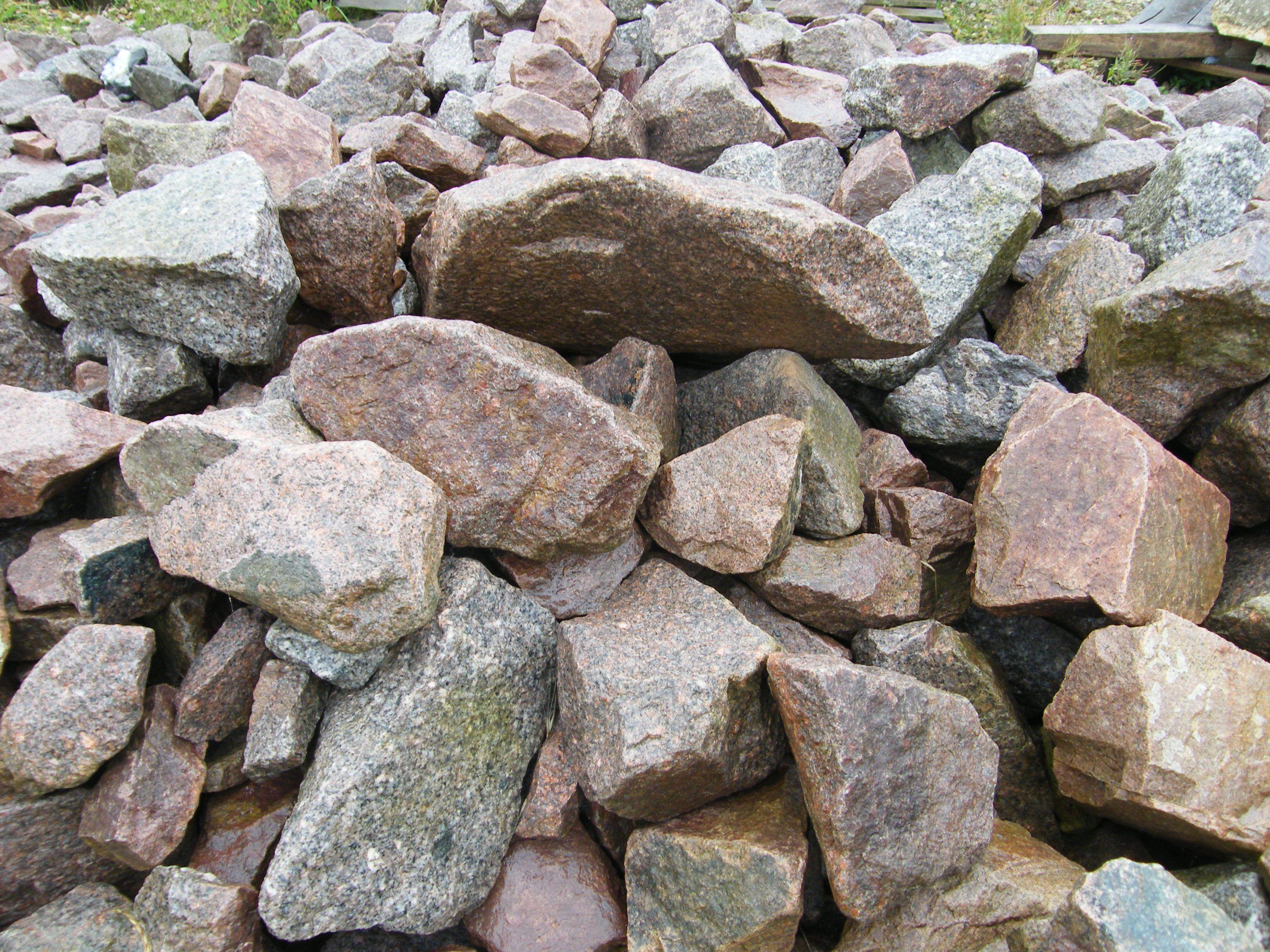 http://yorkstonepavingsupplies.co.uk/rockery%20stone1.JPG