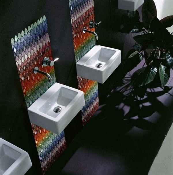 mosaikfliesen badezimmer regenbogen waschtisch schwarze wand