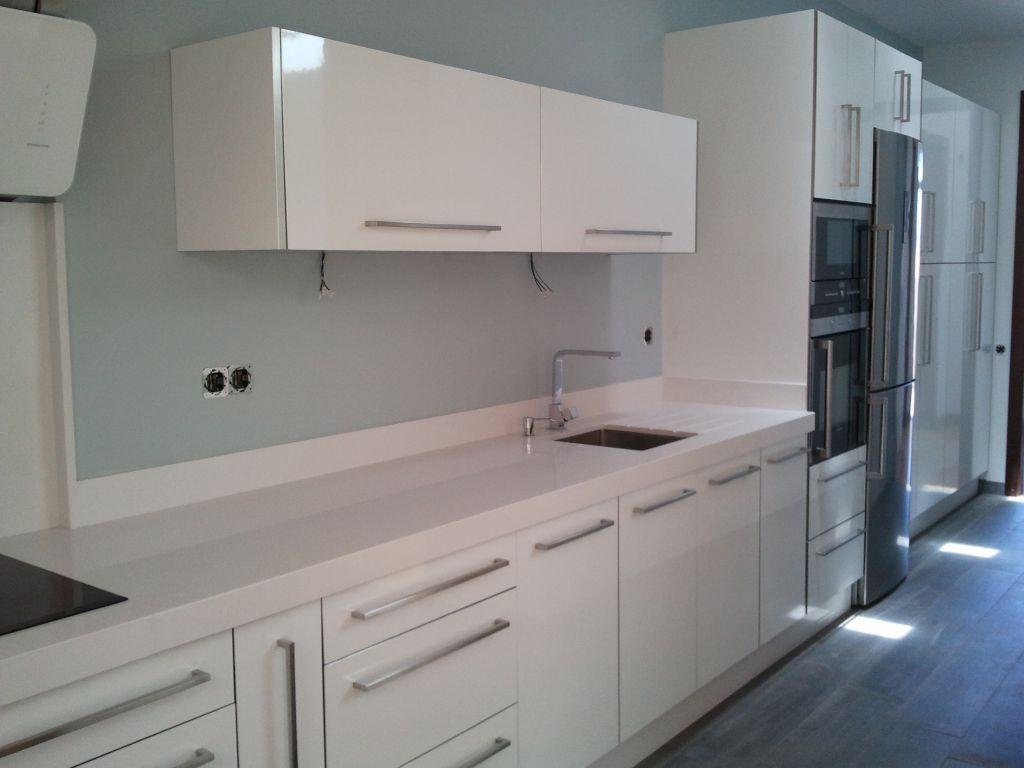 Cocina blanca con isla en roble claro alisios cocinas - Cocina roble ...