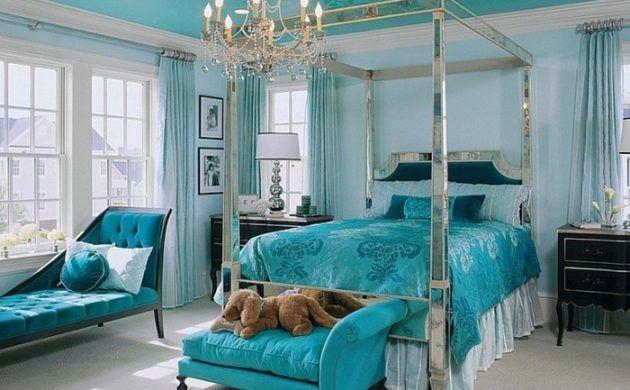 Chambre Bleu Canard Avec Un Lit Argente Et Lustre Chambre Moderne