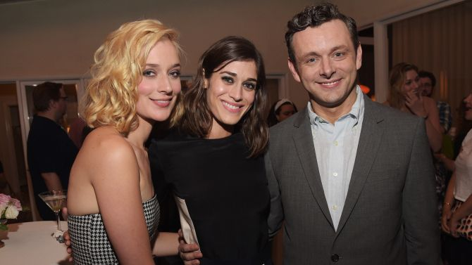 Image issue du site Web http://pmcvariety.files.wordpress.com/2014/07/lizzy-caplan-michael-sheen-caitlin-fitzgerald-masters-of-sex-party.jpg?w=670&h=377&crop=1