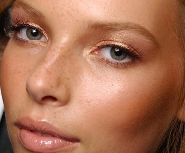 Who wants to look like they've piled on layers of makeup to go to the supermarket? Keep your makeup looking natural with just a few of our favourite