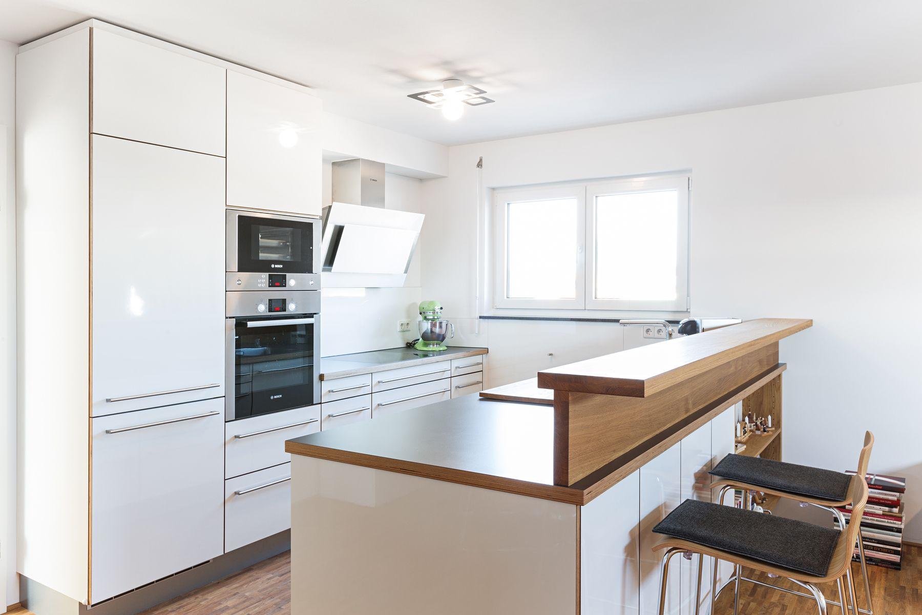 Dunkle Küchenarbeitsplatten in Kombination mit weißen Fronten sind