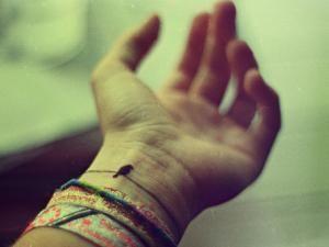 Comme si le fait d'être liée à vie à un petit être ne suffisait pas pour me marquer éternellement dans mon coeur et dans mon corps, j'ai envie de me faire tatouer quelque chose de symbolique qui me rappellera, chaque fois que je le regarderai, que nous sommes liés pour toujours lui et moi. A dire vrai, je ne sais pas encore ce que j'ai envie de me faire tatouer. J'avais pensé à son prénom mais je trouve que c'est trop prosaïque ; par ailleurs, que ferai-je si nous avons d'autres... - Tattoo