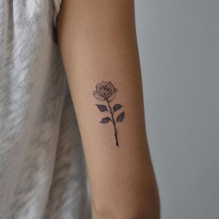 Rosen-Tätowierung mit Blumen #RoseTattooIdeas  Rose tattoo floral #RoseTattooId…,  #Blumen …