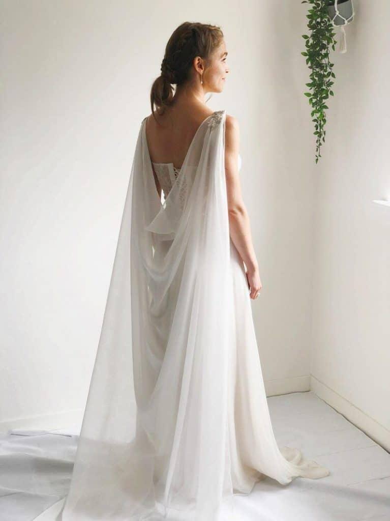 Mode Mariage : 20 capes de mariée vraiment canons ! | Robes de mariée morphologie, Robe de ...