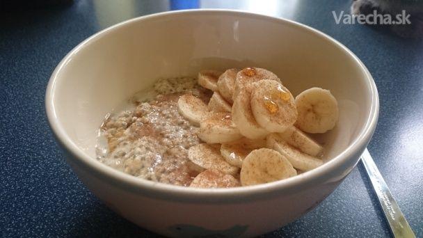 Na tieto raňajky dostávam chuť keď príde chladnejšie počasie. Nemám rada tvrdé vločky len tak v cereáliách, zároveň sa mi ich ráno nechce variť. Keď postoja zaliate cez noc tak zmäknú, nevyžaduje to takmer žiadnu prácu a môžem si k ním pridať čo chcem. V kombinácii s chia semiačkami sú to sýte a chutné raňajky, ktoré zasýtia na dlhú dobu.