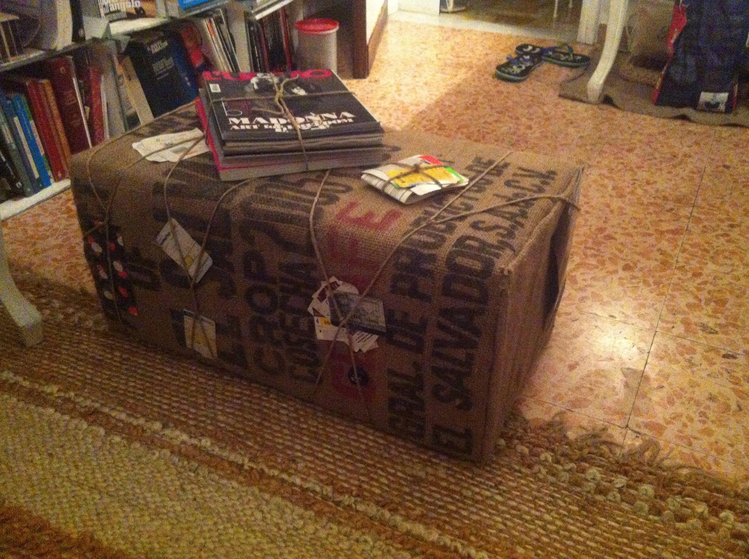 Famoso Una scatola di legno, ricoperta di gommapiuma e tappezzata con i  OV46