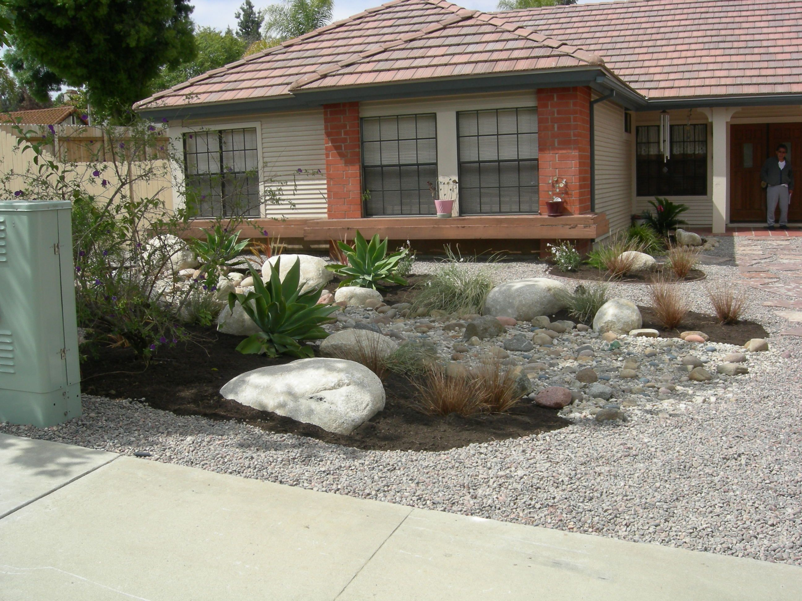 Front yard xeriscape ideas this is a fabulous rock for Yard landscaping ideas