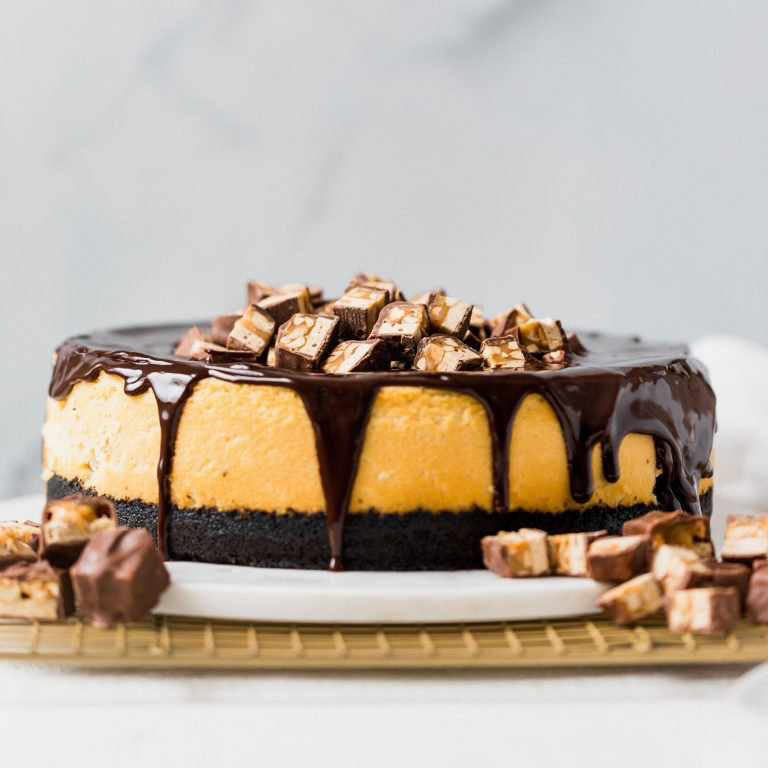 Decadent Snickers Cheesecake recipe with Oreo crust and chocolate ganache! #snickerscheesecake Decadent Snickers Cheesecake recipe with Oreo crust and chocolate ganache! #snickerscheesecake