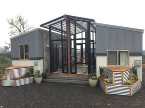 Zwei kleine Häuser mit einem zentralen Sonnenraum und Deck verbunden #tinyhouses