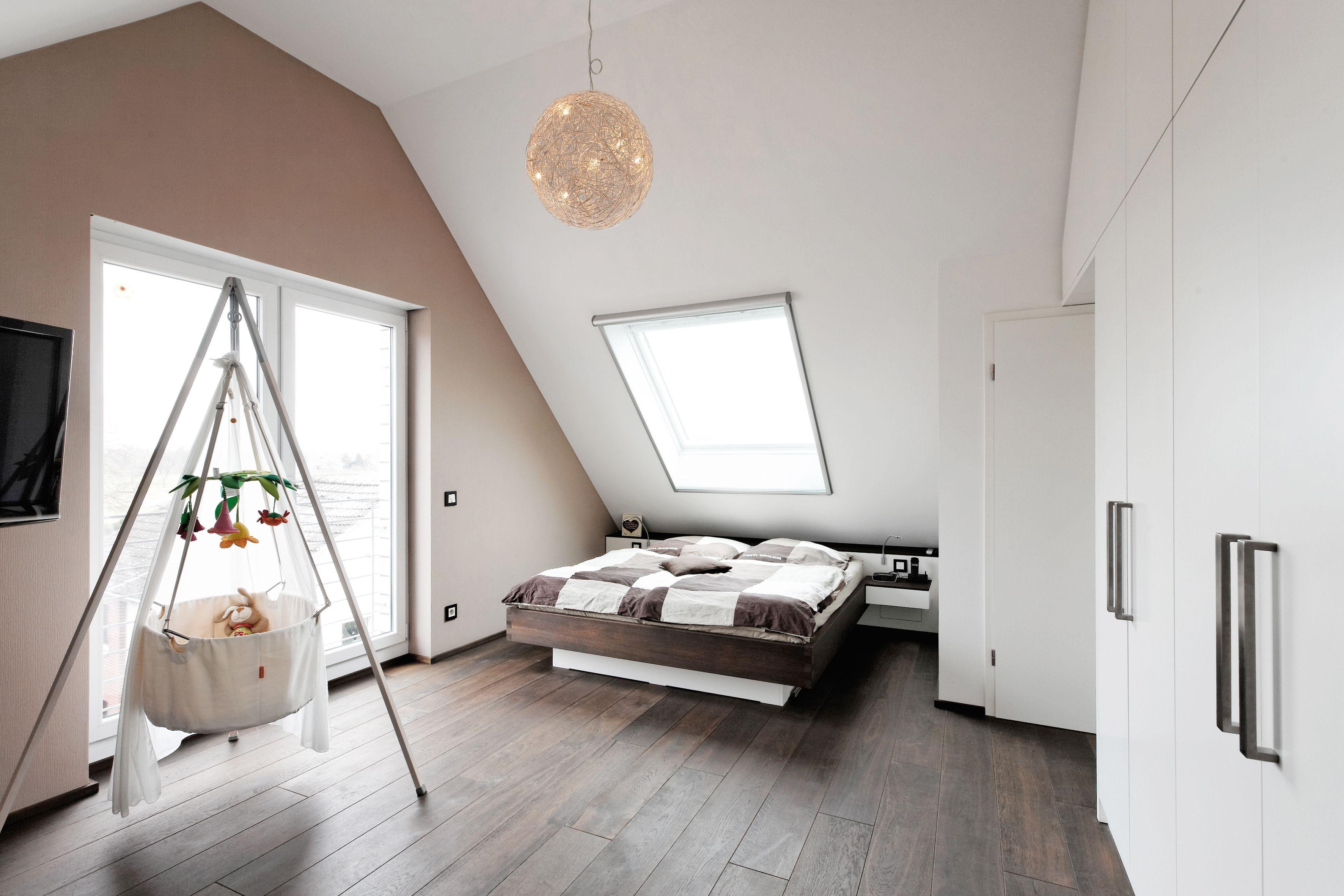 Schlafzimmer Dachschrage Baby Babybett Stauraum