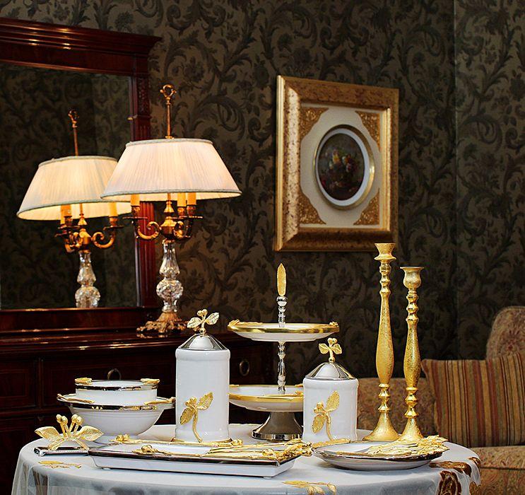 Бело-золотистая коллекция посуды White&Gold включает изящные тарелки, блюда, пиалы, наборы столовых приборов, кувшины, декоративные сосуды, подсвечники и менажницы с оригинальным обрамлением в виде крупных банановых листьев.  #декор #длядома #стиль #подарки #подарок #идеи_подарков #аксессуары #стильныевещи #декор_дома #декор_для_дома #идеи_для_декора #домашний_декор #красивыеинтерьеры #декоратор #тарелки #посуда #элитная_посуда  #сервировка #сервировкастола #декор_стола #бокалы