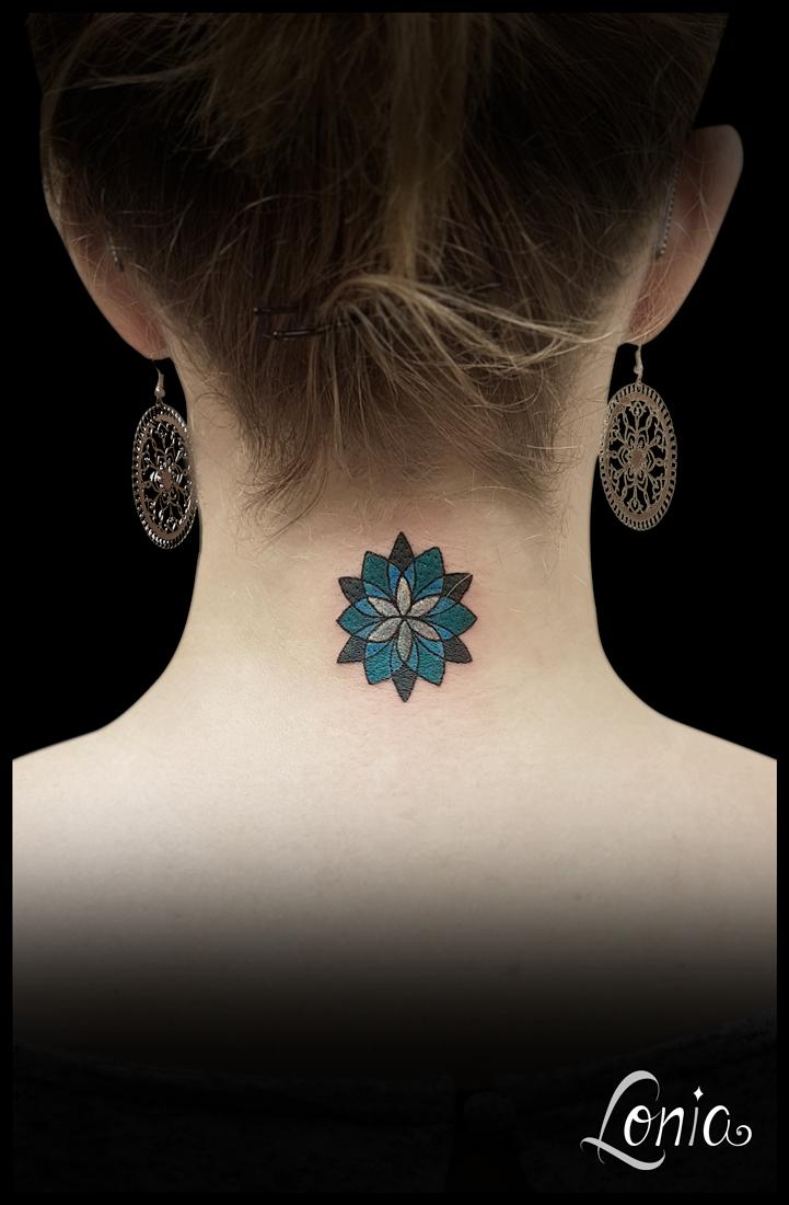 Tatouage Lonia Tattoo Troyes Nuque Mandala Geometrique Couleur Bleu