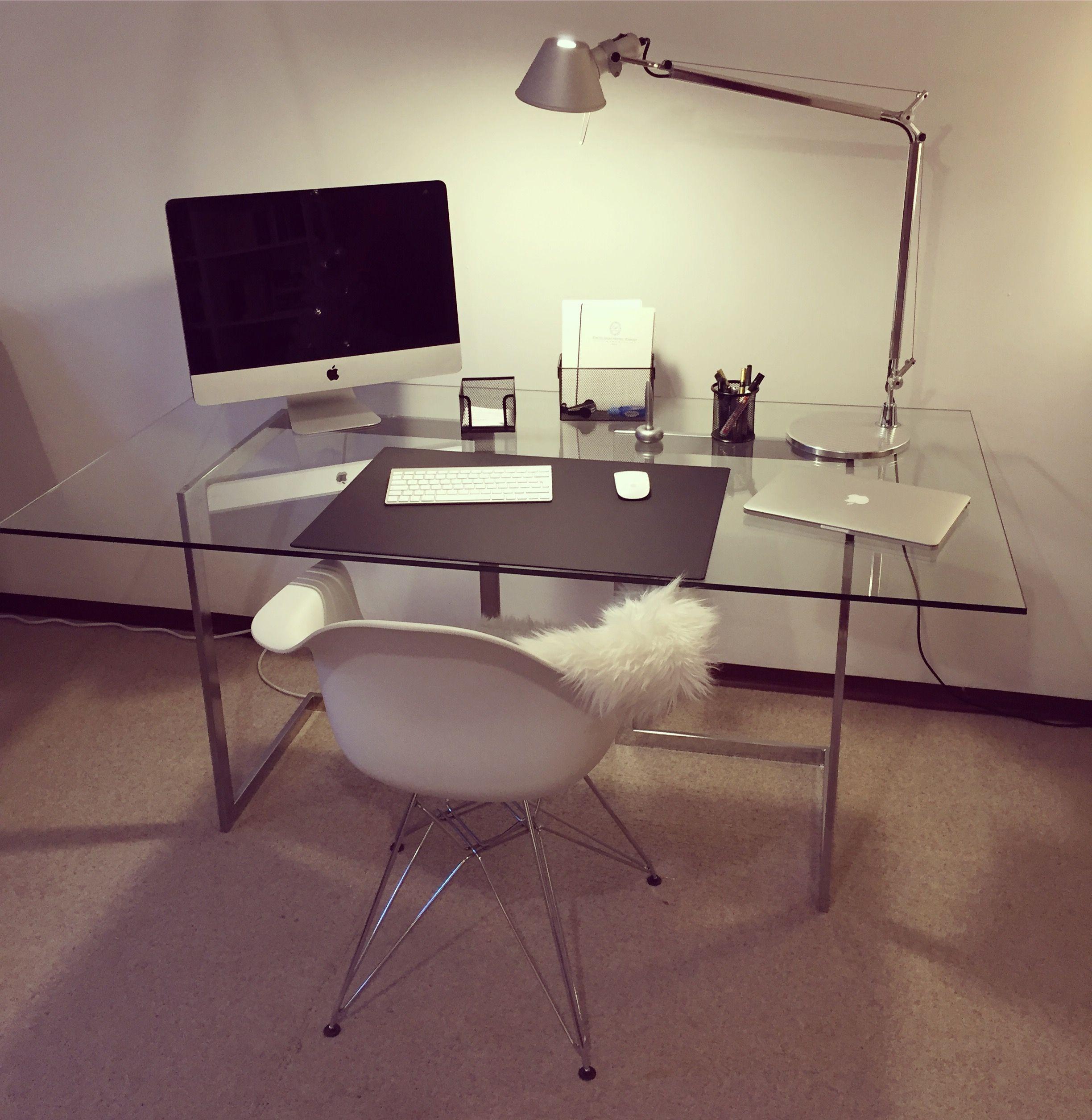 Kare design schreibtisch mit eames stuhl artemide tolomeo for Stehlampe designklassiker